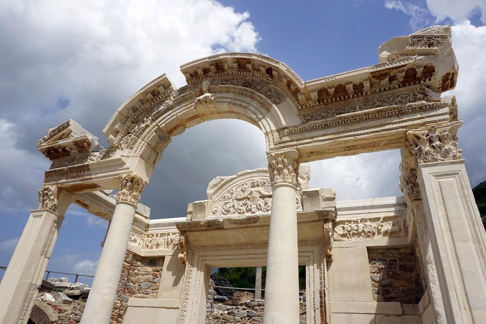 Hadrian Tapınağı